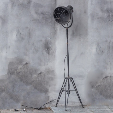 Staande metalen industri le lamp kolony by may living for Staande lamp betonlook